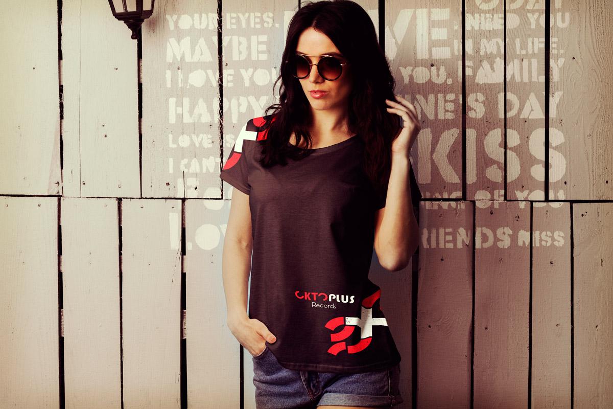 Exemple de présentation du logo sur un tee-shirt de femme, version rouge