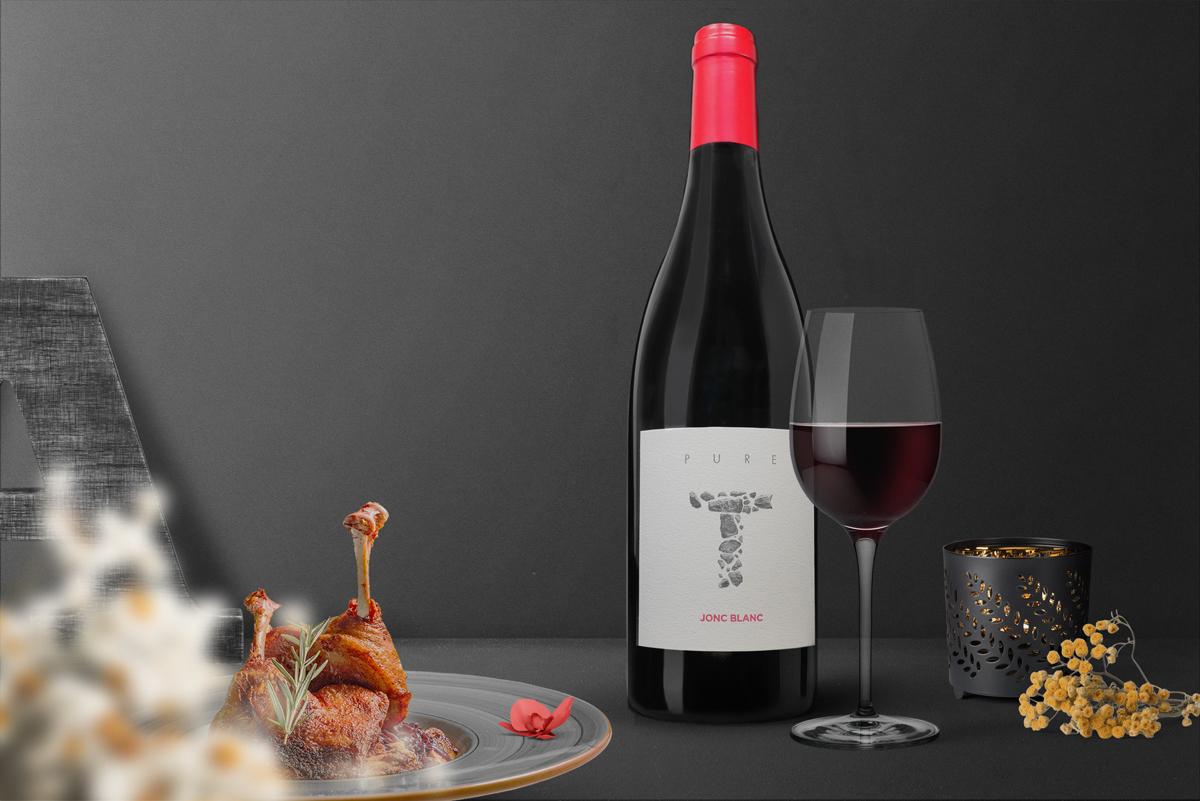Photo et montage accord met vin confit de canard, vin rouge, fleur seche, lettre A, bougeoir, noir et doré, fleur rouge, jasmin